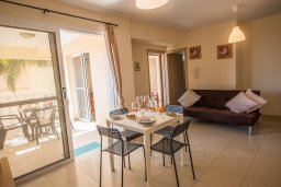Гостиная. Кипр, Каппарис : Апартамент в комплексе с бассейном, с гостиной, отдельной спальней и балконом