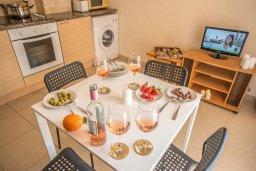 Обеденная зона. Кипр, Каппарис : Апартамент в комплексе с бассейном, с гостиной, отдельной спальней и балконом