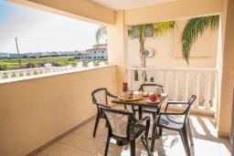 Балкон. Кипр, Каппарис : Апартамент в комплексе с бассейном, с гостиной, отдельной спальней и балконом