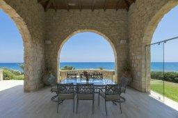 Обеденная зона. Кипр, Айос Теодорос : Роскошная вилла в 20 метрах от пляжа с большим бассейном и зеленой лужайкой, 7 спален, 6 ванных комнат, бильярд, барбекю, парковка, Wi-Fi