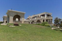 Фасад дома. Кипр, Айос Теодорос : Роскошная вилла в 20 метрах от пляжа с большим бассейном и зеленой лужайкой, 7 спален, 6 ванных комнат, бильярд, барбекю, парковка, Wi-Fi