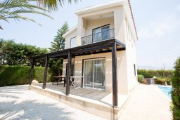 Фасад дома. Кипр, Корал Бэй : Уютная вилла с бассейном и зеленым двориком, 3 спальни, барбекю, парковка, Wi-Fi
