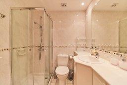 Ванная комната. Кипр, Пафос город : Вилла в комплексе с бассейном, 3 спальни, 2 ванные комнаты, терраса