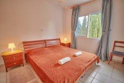 Спальня. Кипр, Пафос город : Вилла в комплексе с бассейном, 3 спальни, 2 ванные комнаты, терраса