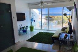 Гостиная. Кипр, Корал Бэй : Таунхаус в комплексе с бассейном, 2 спальни, балкон с видом на море