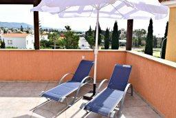 Балкон. Кипр, Корал Бэй : Апартамент с гостиной, тремя спальнями, двумя ванными комнатами и большим балконом с видом на море