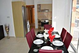 Обеденная зона. Кипр, Корал Бэй : Апартамент с гостиной, тремя спальнями, двумя ванными комнатами и большим балконом с видом на море