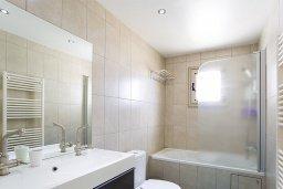Ванная комната. Кипр, Центр Лимассола : Апартамент недалеко от моря с гостиной и двумя спальнями