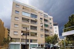 Фасад дома. Кипр, Центр Лимассола : Апартамент недалеко от моря с гостиной и двумя спальнями