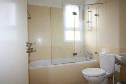 Ванная комната. Кипр, Центр Лимассола : Прекрасный таунхаус в комплексе с двумя бассейнами, 2 спальни, 2 ванные комнаты, барбекю, парковка, Wi-Fi