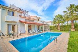 Фасад дома. Кипр, Хлорака : Прекрасная вилла с бассейном и зеленым двориком с барбекю, 3 спальни, 3 ванные комнаты, парковка, Wi-Fi