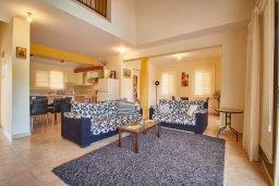Гостиная. Кипр, Хлорака : Прекрасная вилла с бассейном и зеленым двориком с барбекю, 3 спальни, 3 ванные комнаты, парковка, Wi-Fi