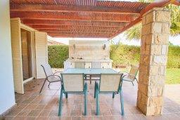 Обеденная зона. Кипр, Хлорака : Прекрасная вилла с бассейном и зеленым двориком с барбекю, 3 спальни, 3 ванные комнаты, парковка, Wi-Fi