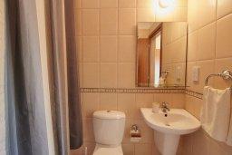Ванная комната. Кипр, Пафос город : Двухэтажный таунхаус в комплексе с бассейном, 2 спальни, 2 ванные комнаты, патио, барбекю