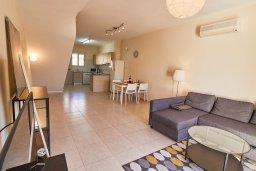 Гостиная. Кипр, Пафос город : Двухэтажный таунхаус в комплексе с бассейном, 2 спальни, 2 ванные комнаты, патио, барбекю