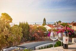Вид на море. Кипр, Корал Бэй : Прекрасная вилла с бассейном и зеленым двориком с барбекю, 4 спальни, 2 ванные комнаты, джакузи, парковка, Wi-Fi