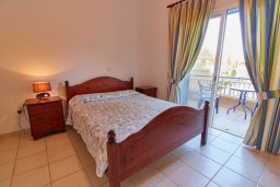 Спальня. Кипр, Пафос город : Двухэтажный таунхаус в комплексе с бассейном, 2 спальни, 2 ванные комнаты, терраса
