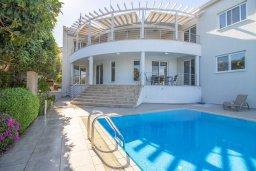 Вид на виллу/дом снаружи. Кипр, Пейя : Роскошная вилла с видом на Средиземное море  и горы, с 4-мя спальнями, с бассейном в окружении пышного зелёного сада, тенистой террасой с патио и барбекю, расположена недалеко от пляжа Coral Bay Beach