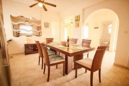 Обеденная зона. Кипр, Корал Бэй : Уютная вилла с видом на Средиземное море, с 4-мя спальнями, с бассейном в окружении зелёного сада, тенистой террасой с патио и барбекю, расположена недалеко от пляжа Corallia Bay Beach