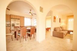 Гостиная. Кипр, Корал Бэй : Уютная вилла с видом на Средиземное море, с 4-мя спальнями, с бассейном в окружении зелёного сада, тенистой террасой с патио и барбекю, расположена недалеко от пляжа Corallia Bay Beach