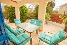Терраса. Кипр, Корал Бэй : Уютная вилла с видом на Средиземное море, с 4-мя спальнями, с бассейном в окружении зелёного сада, тенистой террасой с патио и барбекю, расположена недалеко от пляжа Corallia Bay Beach