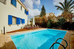 Развлечения и отдых на вилле. Кипр, Корал Бэй : Уютная вилла с видом на Средиземное море, с 4-мя спальнями, с бассейном в окружении зелёного сада, тенистой террасой с патио и барбекю, расположена недалеко от пляжа Corallia Bay Beach
