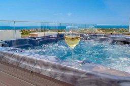 Развлечения и отдых на вилле. Кипр, Киссонерга : Роскошная вилла с бассейном и зеленым двориком с барбекю, 4 спальни, 4 ванные комнаты, джакузи, парковка, Wi-Fi