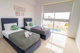 Спальня. Кипр, Киссонерга : Роскошная вилла с бассейном и зеленым двориком с барбекю, 4 спальни, 4 ванные комнаты, джакузи, парковка, Wi-Fi