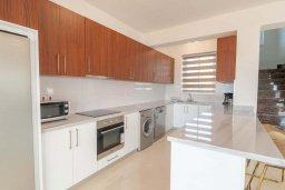 Кухня. Кипр, Киссонерга : Роскошная вилла с бассейном и зеленым двориком с барбекю, 4 спальни, 4 ванные комнаты, джакузи, парковка, Wi-Fi
