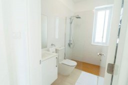 Ванная комната. Кипр, Киссонерга : Роскошная вилла с бассейном и зеленым двориком с барбекю, 4 спальни, 4 ванные комнаты, джакузи, парковка, Wi-Fi
