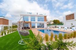 Вид на виллу/дом снаружи. Кипр, Киссонерга : Роскошная вилла с бассейном и зеленым двориком с барбекю, 4 спальни, 4 ванные комнаты, джакузи, парковка, Wi-Fi