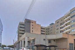 Фасад дома. Кипр, Центр Лимассола : Студия в комплексе с бассейном и в 20 метров до пляжа