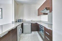 Кухня. Кипр, Св. Рафаэль Лимассол : Роскошный апартамент в комплексе с бассейном, 100 метров до пляжа, большая гостиная, 2 спальни, балкон