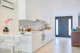 Кухня. Кипр, Айос Тихонас Лимассол : Роскошный апартамент в 20 метрах от пляжа, с просторной гостиной, двумя спальнями и патио
