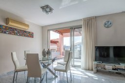 Обеденная зона. Кипр, Айос Тихонас Лимассол : Двухуровневый апартамент в комплексе с бассейном, с просторной гостиной, двумя спальнями, двумя ванными комнатами и патио