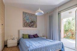 Спальня. Кипр, Айос Тихонас Лимассол : Двухуровневый апартамент в комплексе с бассейном, с просторной гостиной, двумя спальнями, двумя ванными комнатами и патио