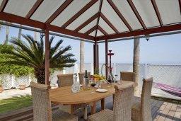 Обеденная зона. Кипр, Гермасойя Лимассол : Роскошная пляжная вилла с бассейном и зеленым двориком, 7 спален, 4 ванные комнаты, барбекю, сауна, парковка, Wi-Fi
