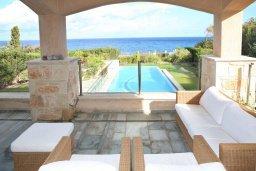 Патио. Кипр, Лачи : Современная вилла в 50 метрах от пляжа с бассейном и зеленым двориком, 4 спальни, 3 ванные комнаты, сауна, парковка, Wi-Fi