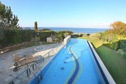 Бассейн. Кипр, Лачи : Современная вилла в 50 метрах от пляжа с бассейном и зеленым двориком, 4 спальни, 3 ванные комнаты, сауна, парковка, Wi-Fi
