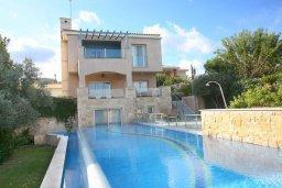 Фасад дома. Кипр, Лачи : Современная вилла в 50 метрах от пляжа с бассейном и зеленым двориком, 4 спальни, 3 ванные комнаты, сауна, парковка, Wi-Fi