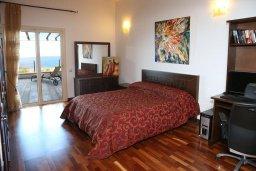 Спальня. Кипр, Лачи : Современная вилла в 50 метрах от пляжа с бассейном и зеленым двориком, 4 спальни, 3 ванные комнаты, сауна, парковка, Wi-Fi