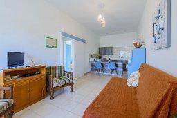 Гостиная. Кипр, Декелия - Ороклини : Апартамент с гостиной, двумя спальнями и балконом с видом на море