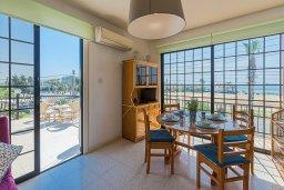 Обеденная зона. Кипр, Декелия - Ороклини : Апартамент с гостиной, двумя спальнями и большим балконом с видом на море