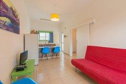 Гостиная. Кипр, Декелия - Ороклини : Апартамент с гостиной, отдельной спальней и балконом с боковым видом на море