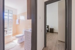 Коридор. Кипр, Декелия - Ороклини : Апартамент с гостиной, отдельной спальней и балконом с боковым видом на море