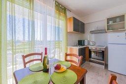 Кухня. Кипр, Декелия - Ороклини : Апартамент с гостиной, отдельной спальней и балконом с боковым видом на море