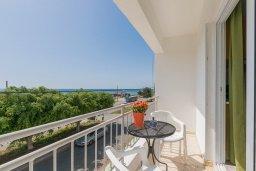 Балкон. Кипр, Декелия - Ороклини : Апартамент с гостиной, отдельной спальней и балконом с боковым видом на море