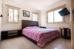 Спальня. Кипр, Каппарис : Роскошная вилла в 50 метрах от пляжа с бассейном и зеленой территорией, 5 спален, 5 ванных комнат, барбекю, парковка, Wi-Fi