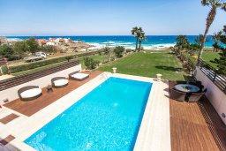 Бассейн. Кипр, Каппарис : Роскошная вилла в 50 метрах от пляжа с бассейном и зеленой территорией, 5 спален, 5 ванных комнат, барбекю, парковка, Wi-Fi
