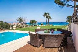 Зона отдыха у бассейна. Кипр, Каппарис : Роскошная вилла в 50 метрах от пляжа с бассейном и зеленой территорией, 5 спален, 5 ванных комнат, барбекю, парковка, Wi-Fi